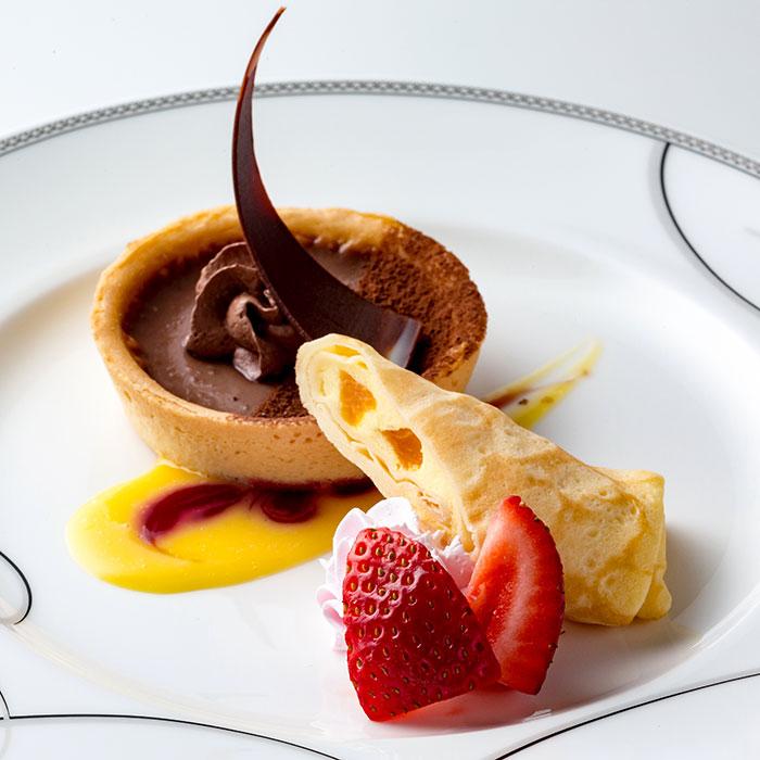 チョコレートムースタルトとフルーツクレープ アングレーズソース