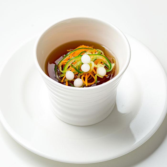 タピオカと野菜入りコンソメスープ